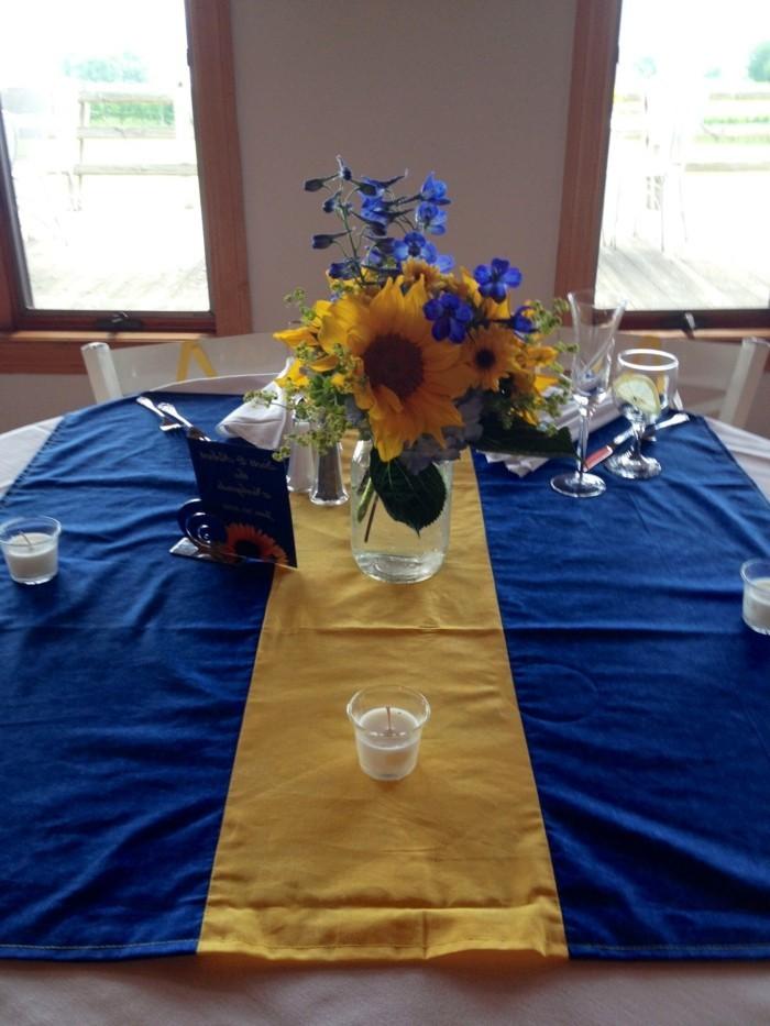 Künstliche-Sonnenblumen-zu-der-Tischdecke-passend