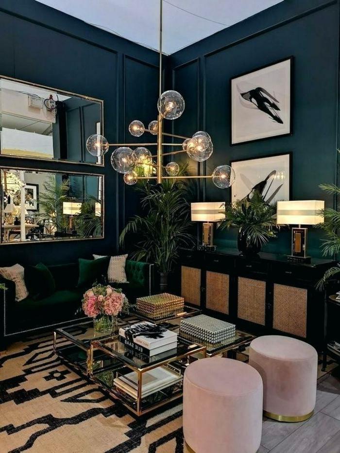 Wohnzimmer einrichten Beispiele, zwei pinke Schemel, großer Spiegel, Wand in blau, Pflanzen