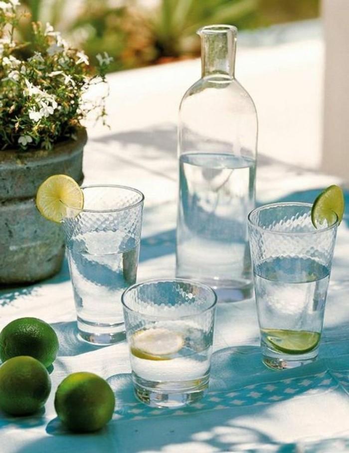 Mediterrane-Deko-Ideen-Wasser-und-alkoholische-Getränke