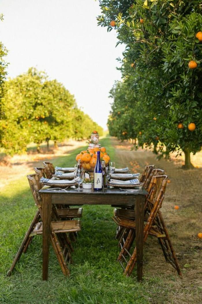 Mediterrane-Dekoration-in-einem-Obstgarten