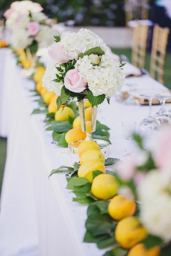 Mediterrane-Tischdeko-Zitronen-und-Blumen