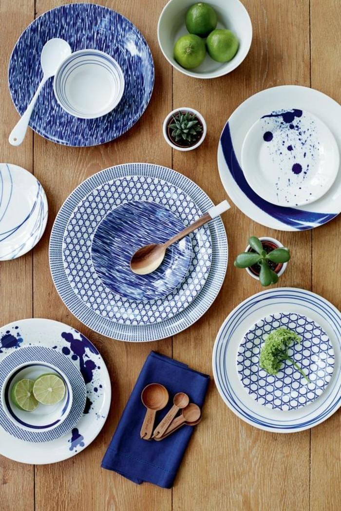 Mediterrane-Tischdeko-blaue-Teller-und-Servietten