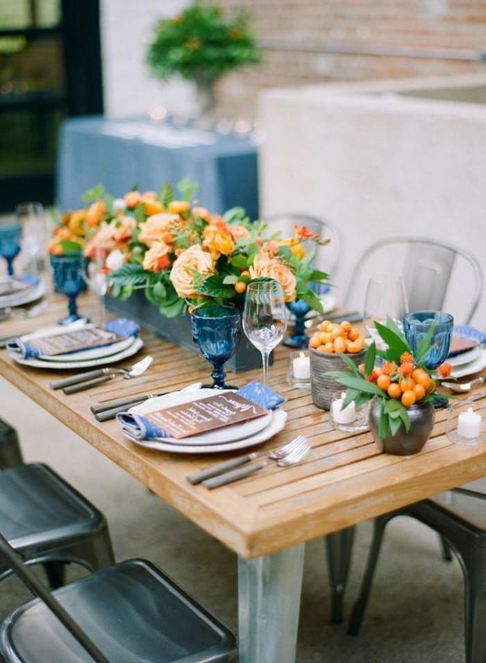 Mediterrane-Tischdeko-mit-Blumen-und-kleinen-Früchten