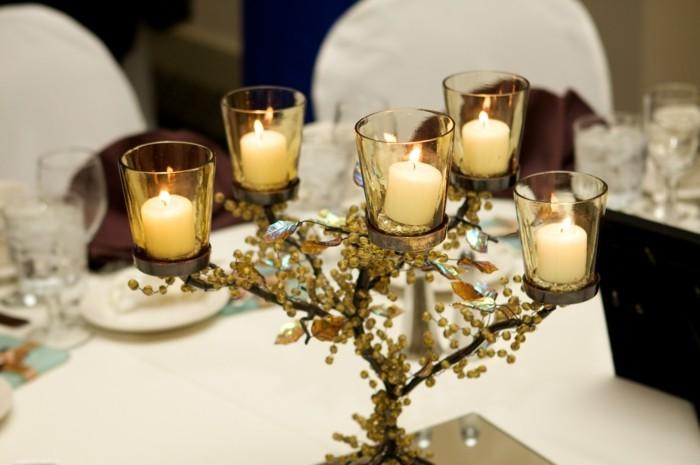 Romantisch-Dekorieren-ein-Baum-aus-Kerzen