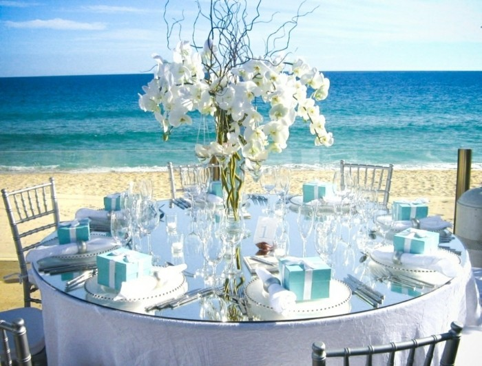 Romantische-Deko-mit-großem-Geschenke-für-die-Gäste