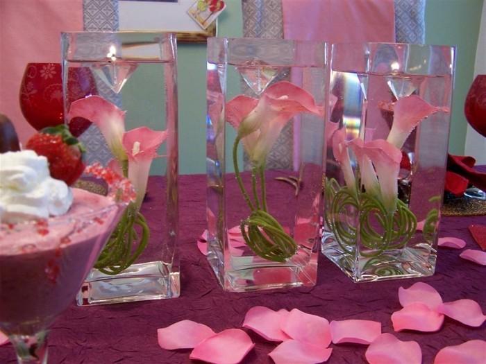 Romantische-Tischdeko-Blumen-in-Gläser
