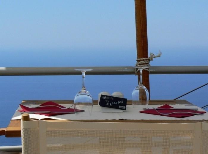 Romantische-Tischdeko-auf-einem-Schiff