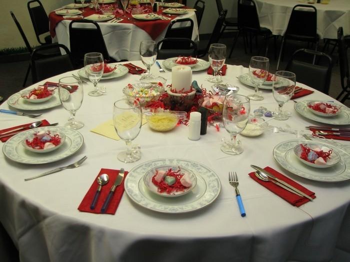 Romantische-Tischdeko-mit-Bonbons-wie-Herzen