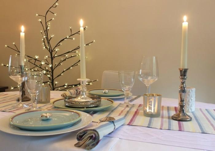 Romantische-Tischdeko-mit-Kerzen-und-Lichterkette