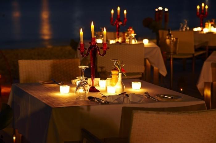 Romantische-Tischdeko-mit-künstlichen-Kerzen