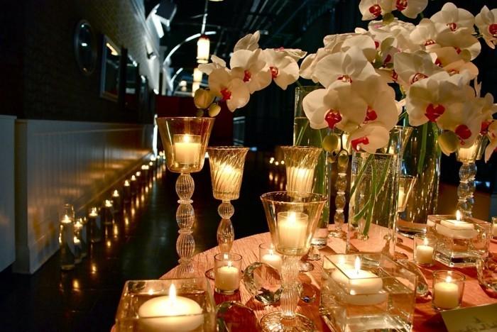 Romantische-Tischdeko-mit-vielen-Kerzenständern