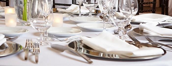 Schöne-Tischdeko-mit-Silbernen-Teller