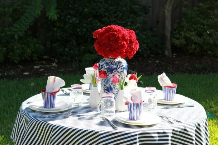 Schöne-Tischdeko-mit-bunten-Geschirr