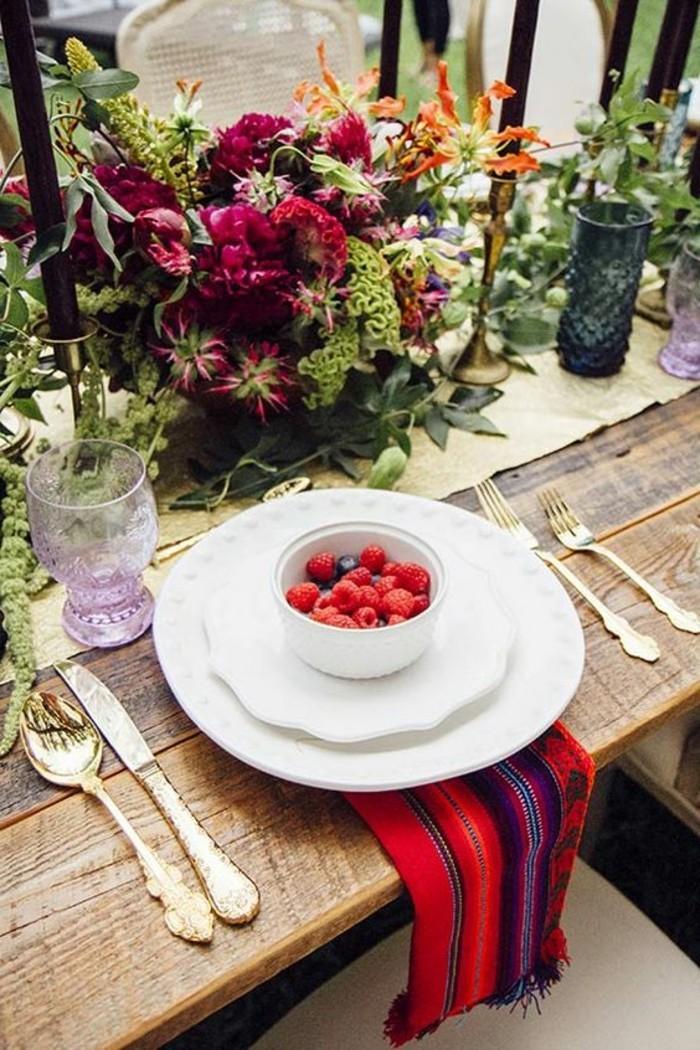 Schöne-Tischdeko-mit-exotischen-Blumen