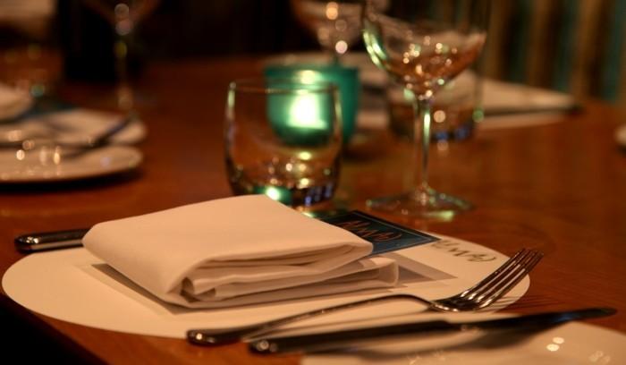 Schöne-Tischdeko-mit-grünen-Kerzen