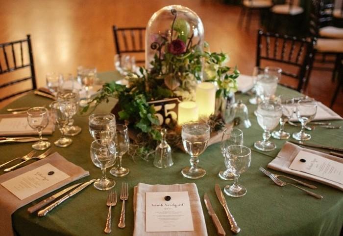 Schöne-Tischdeko-mit-grüner-Tischdecke