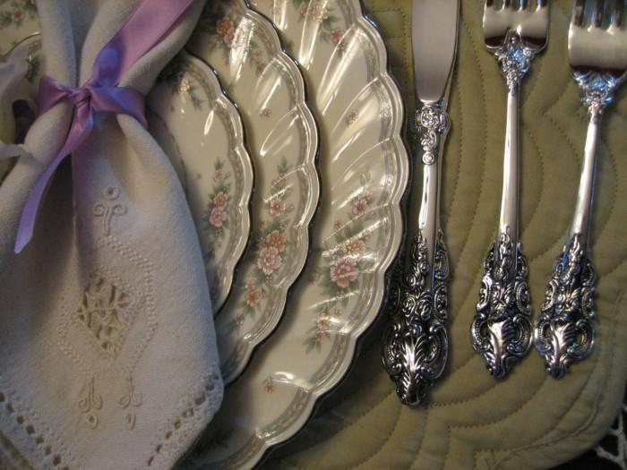 Servietten-zur-Silberhochzeit-richtig-falten-und-silberem-Gesteck