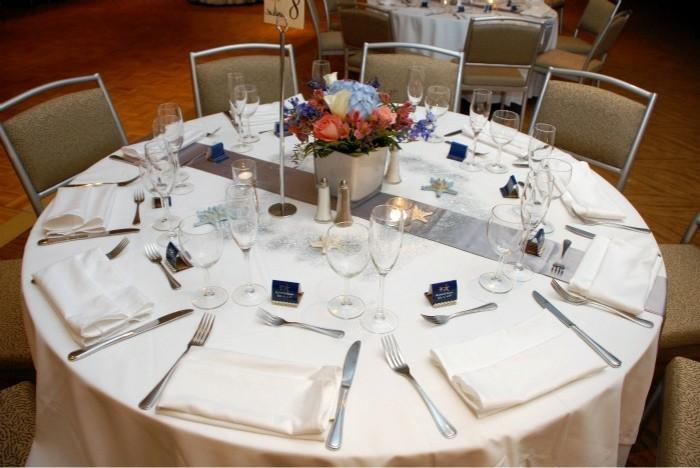 Silberhochzeit-Tischdekoration-Silber-als-Akzent