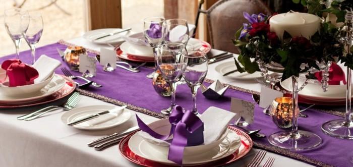 Silberhochzeit-Tischdekoration-eine-lila-Tischdecke