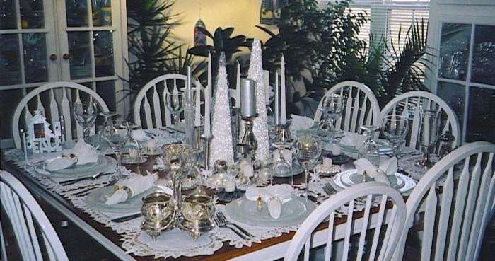 Silberhochzeit-Tischdekoration-glänzende-Kerzen-in-der-Mitte