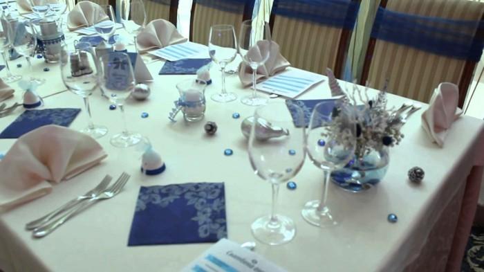 Silberhochzeit-Tischdekoration-mit-blauem-Servietten