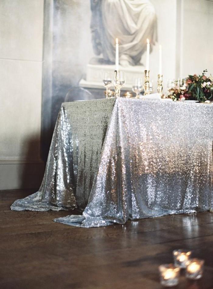 Silberhochzeit-Tischdekoration-mit-silberner-Tischdecke