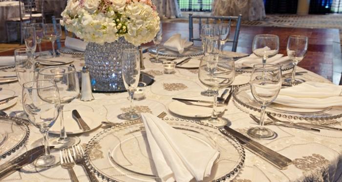 Silberhochzeit-Tischdekoration-silberne-Vase-in-der-Mitte