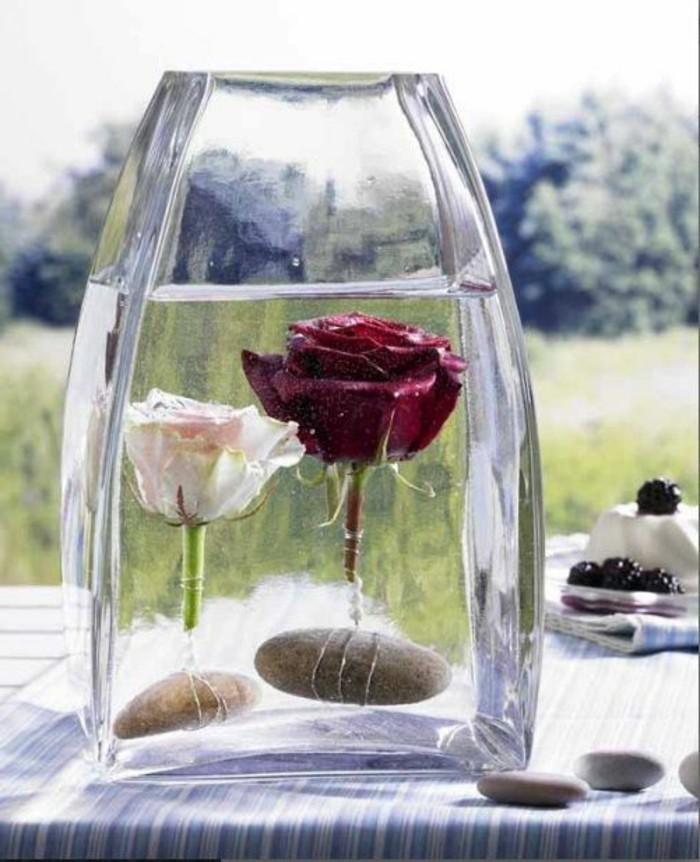 Sommerdeko-basteln-Rosen-in-Flüssigkeit