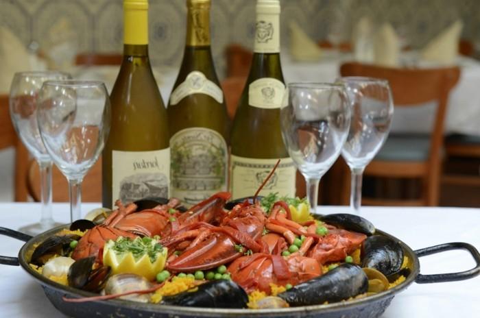 Sommerliche-Tischdeko-mit-Muscheln-und-Wein