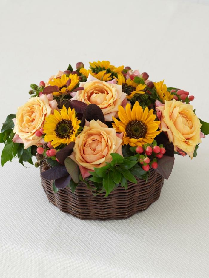 Sonnenblumen-Deko-und-Rosen-damit