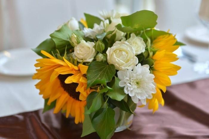 Sonnenblumen-Deko-und-weiße-kleine-Rosen