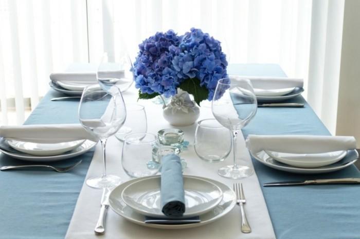 Tischdeko-Beispiele-mit-blauen-Blumen