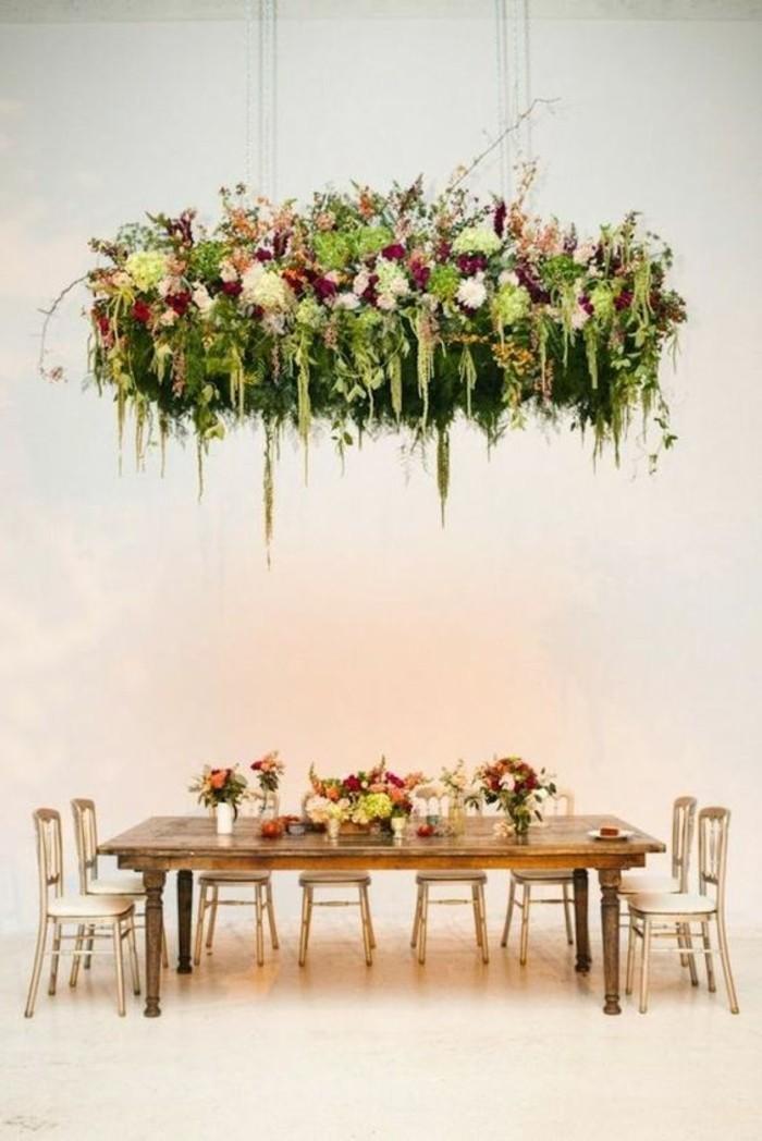Tischdeko-Beispiele-unter-hängenden-Blumen