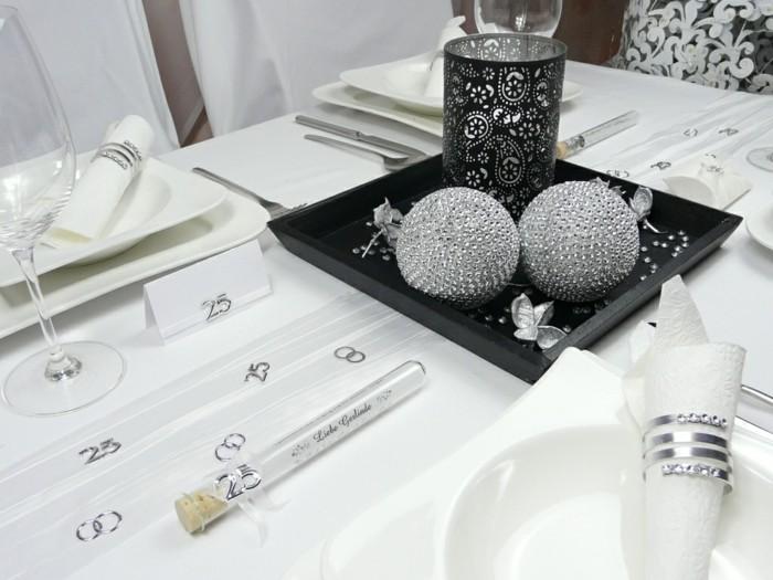 Tischdeko-Silberhochzeit-Mustertisch-von-tischdeko-online-Strasskugel