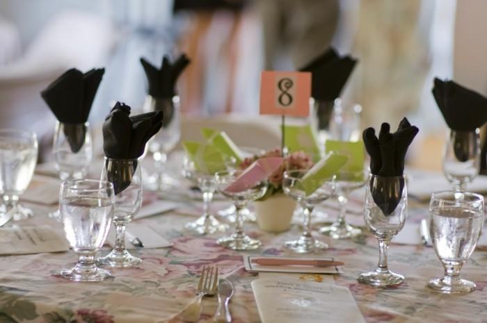 Tischdeko-Silberhochzeit-für-eine-große-Feier