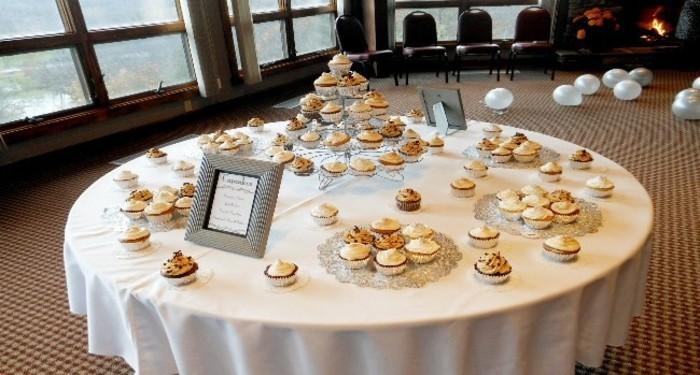 Tischdeko-Silberhochzeit-für-hungrige-Gäste