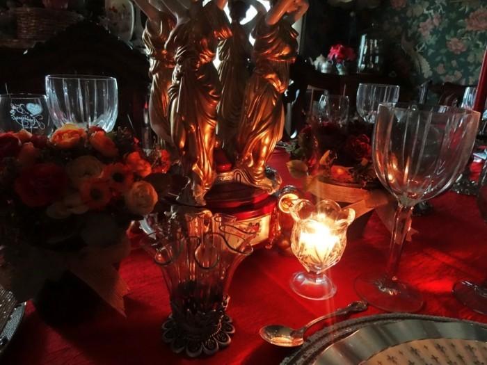 Tischdeko-Silberhochzeit-in-der-Dunkelheit