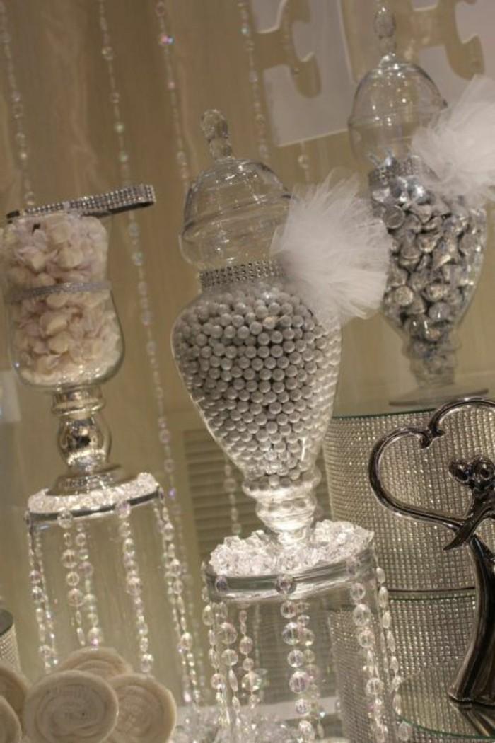 Tischdeko-Silberhochzeit-traditionelle-Süßigkeiten-in-Gläser
