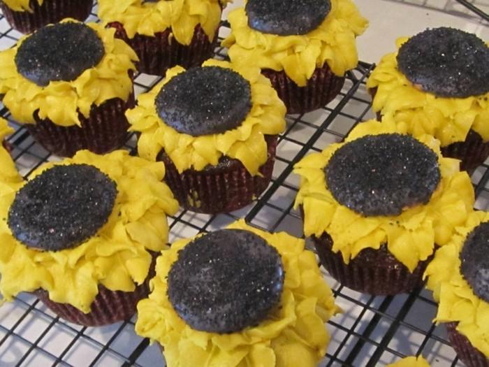 Tischdeko-Sonnenblumen-Cupcake-Dekoration-zur-Tafel