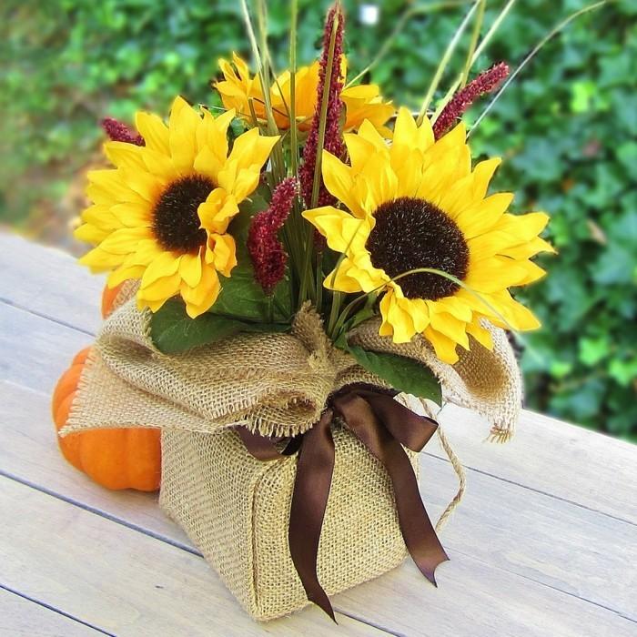 Tischdeko-Sonnenblumen-einem-bunten-Blumentopf
