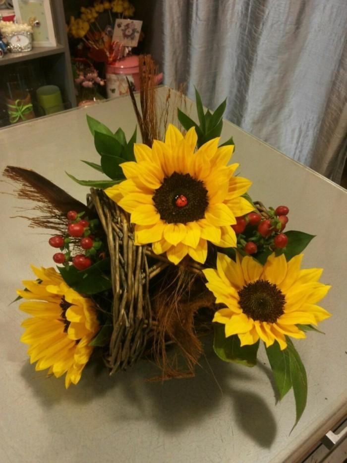 Tischdeko-Sonnenblumen-mit-rotem-Schmuck