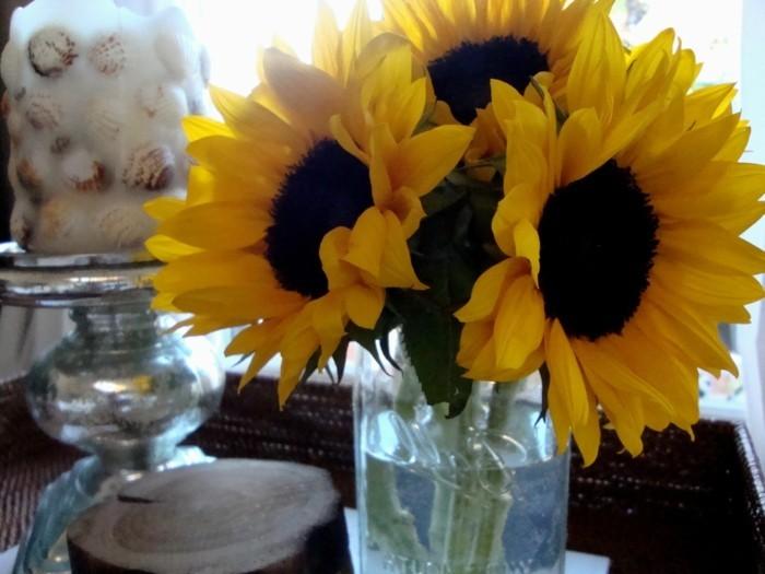 Tischdeko-Sonnenblumen-und-maritime-Tischdeko