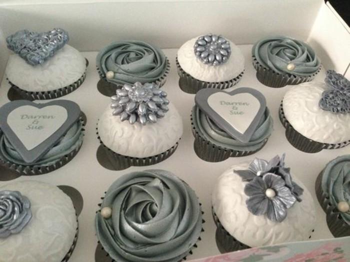 Tischdeko-für-Silberhochzeit-Cupcakes-in-Silber