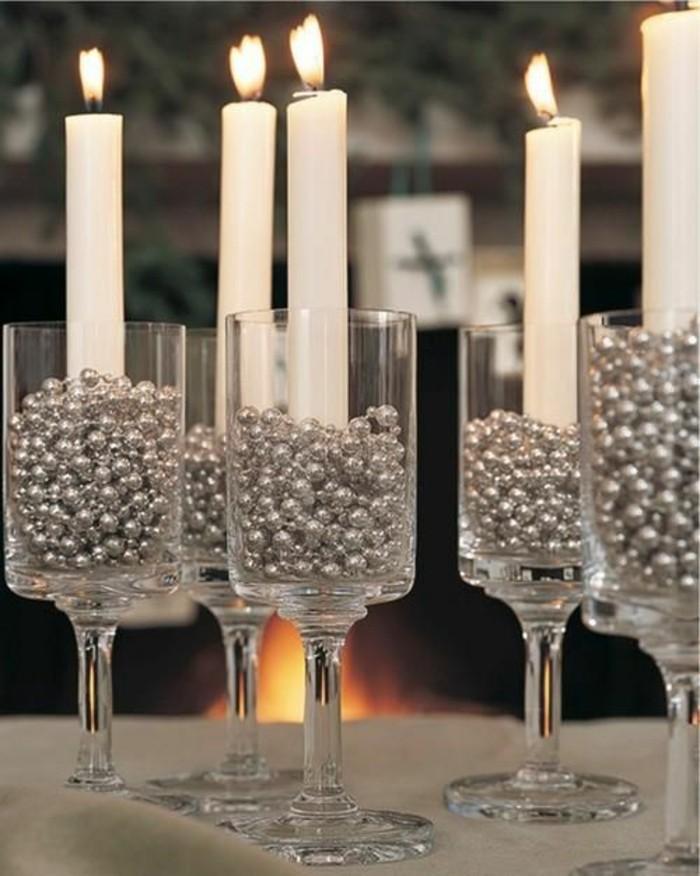 Tischdeko-für-Silberhochzeit-Kerzen-in-silbernen-Ständern
