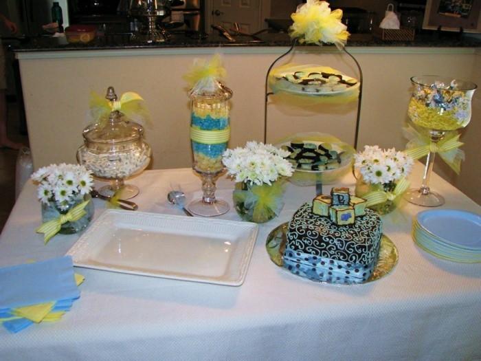 Tischdeko-für-Silberhochzeit-viele-Süßigkeiten