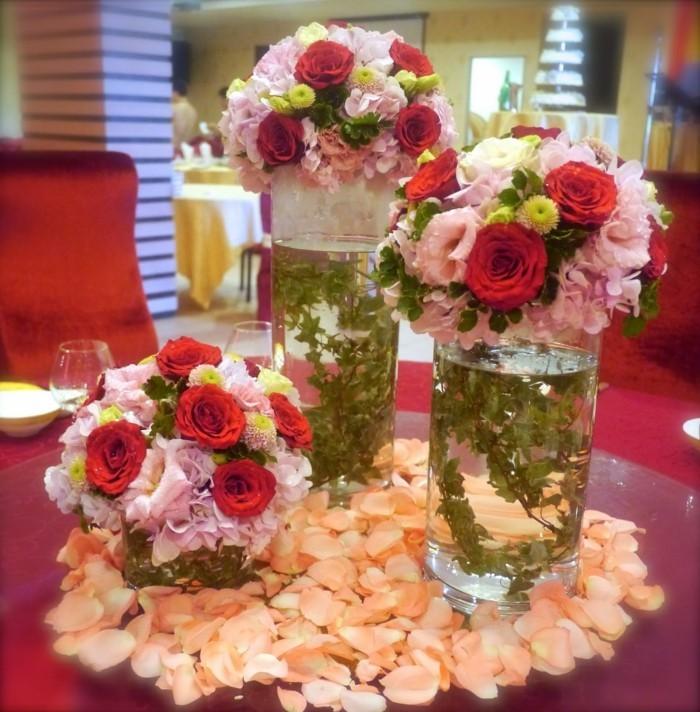 Tischdeko-mit-Rosen-in-verschiedenen-Farben