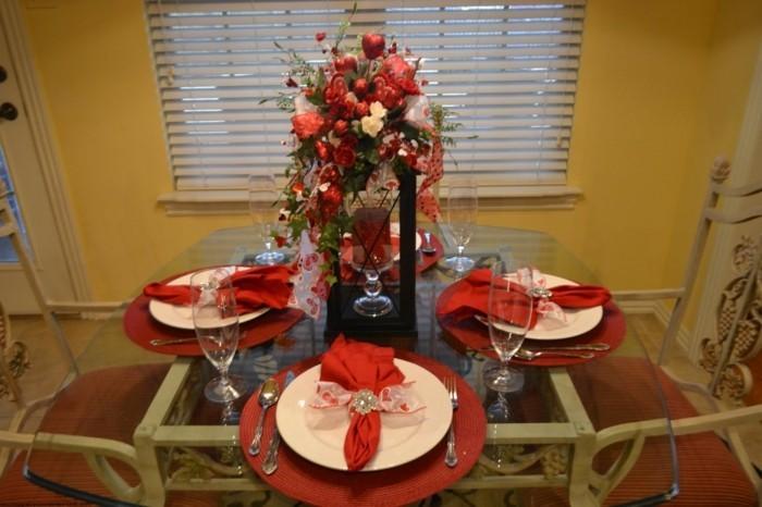 Tischdeko-mit-Rosen-und-Laterne