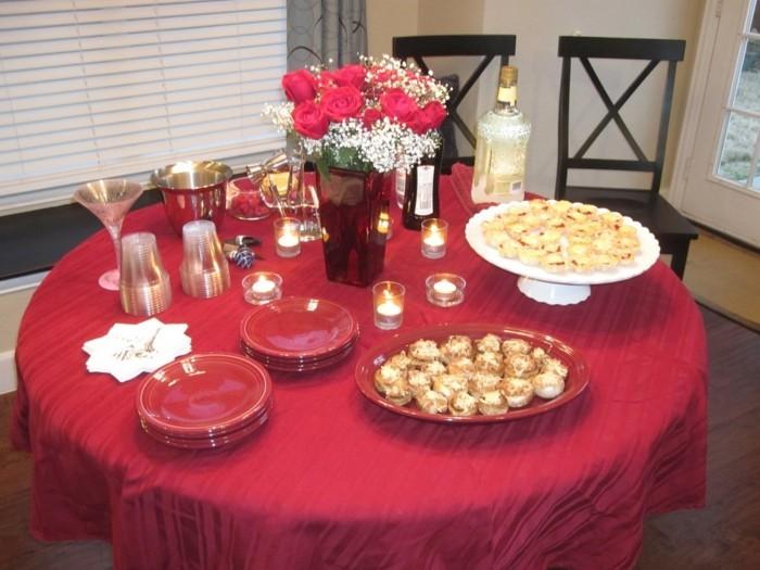Tischdeko-mit-Rosen-und-weiße-Blumen