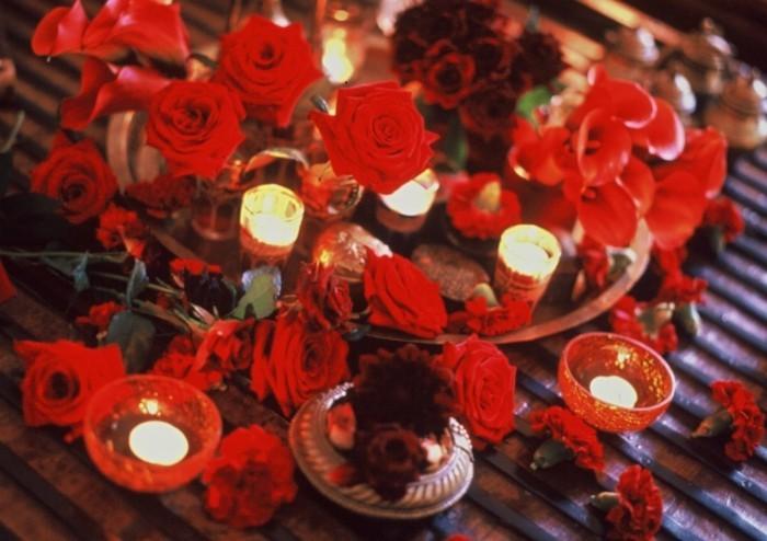 Tischdeko-mit-Rosen-voll-bedeckter-Tisch