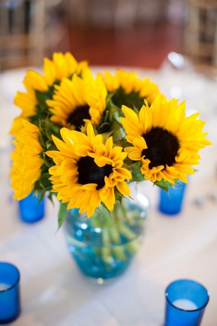 Tischdeko-mit-Sonnenblumen-half-geöffnet
